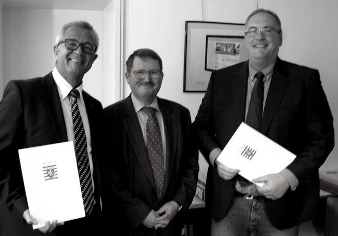 Der Darmstädter Amtsgerichtspräsident Markus Herrlein (Mitte) hat Reiner Maurer zum neuen Ortsgerichtsvorsteher ernannt und Andreas Ade(rechts)  zum neuen Ortsgerichtsschöffen . Krä-Foto