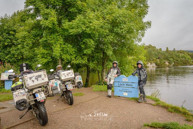 Kurzer Stopp mit unseren Motorrädern am Ufer des sagenumwobenen Loch Ness in Fort Augustus