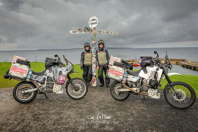 John O´Groats: Stolze Pose mit unseren Motorrädern am nördlichsten Punkt vom britischen Festland