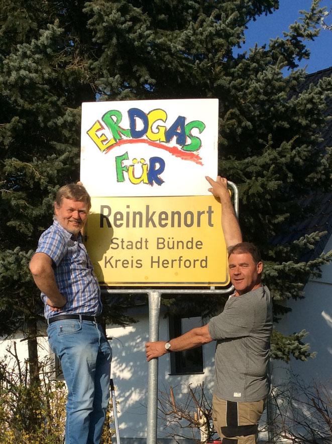 Die UWG Ratsmitglieder Norbert Darnauer (links) und Armin Kuschel (rechts) werben für den Ausbau des Erdgasnetzes in Reinkenort. Aber auch für den Ausbau des Erdgasnetzes im Ortsteil Dünner Holz setzt sich die UWG Bünde ein.