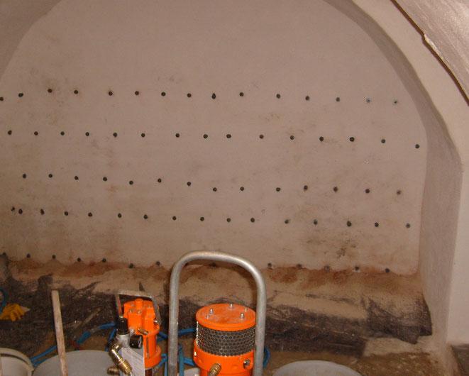 Bohrlochraster einer Schleierinjektion im Gewölbekeller