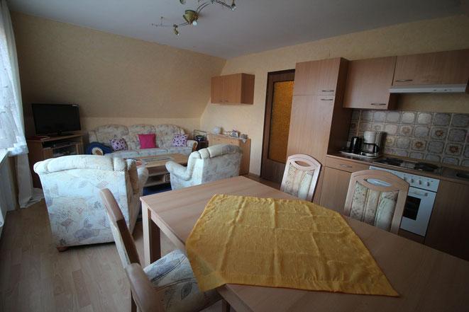 Wohnküche mit Kochzeile und Esssecke