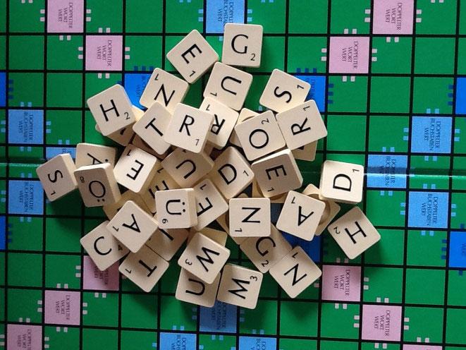 Buchstaben ungeordnet auf einem Spielbrett