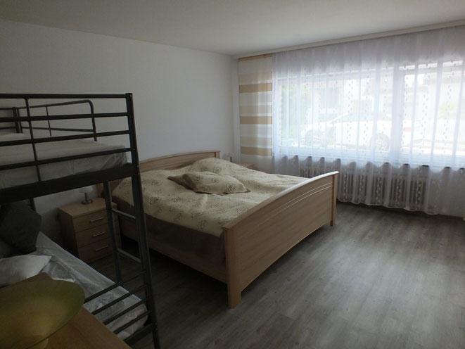 Familien Schlafzimmer mit Doppelbett und großes Etagenbett