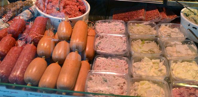 Viele Waren auf dem Markt, im Gemüse-/Obst-Bereich sowieso, aber auch noch bei manchen Händlern vieles bei der Wurst, ist Eigenproduktion.