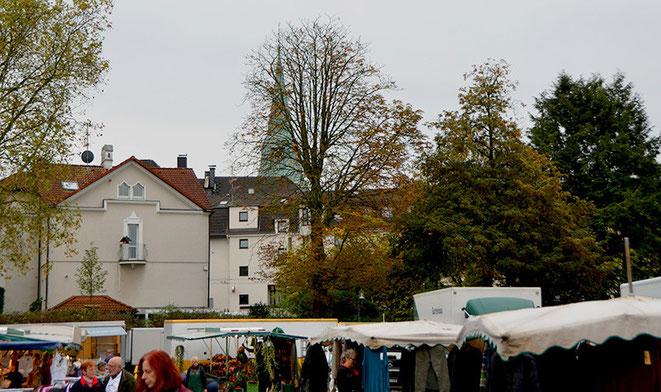 """Sozusagen """"im Schatten des Kirchturms"""" – Hier auf dem ehemaligen Hindenburgplatz hat der Walder Markt schon seit langem sein Zuhause. Denn auch Bushaltestellen sind nur kurze Wege davon entfernt."""