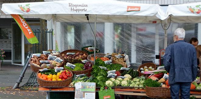 Ein Markt hat Platz für vieles und ist die natürliche Präsentationsfläche für das Echte. Deshalb kann man Bio- und andere natürliche Produkte vor allem auf Märkten finden, wo Herkunft und Herstellung auch nachvollziehbar und sogar bezeugbar sind.