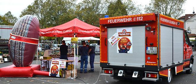 Zuweilen dann auch eine Überraschung: die Feuerwehr verkauft Brot. Eine Aktion zugunsten der Jugendfeuerwehr Solingen, da sind die Nachwuchs-Verkaufstalente sozusagen mit Feuer und Flamme dabei.