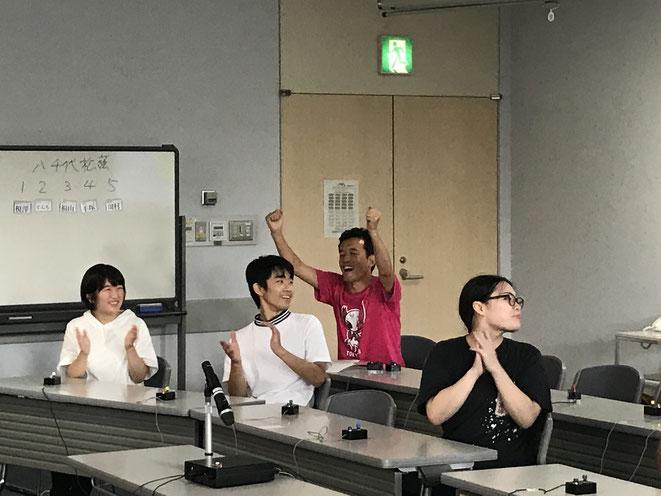 決勝ラウンドで八千代松陰相手に勝利し、喜ぶソメイティ連合メンバーと、監督の三木さん。