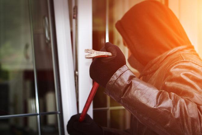 Einbrecher am Fenster | Wirtschaftsdetektei Reutlingen* | Privatdetektei Reutlingen*
