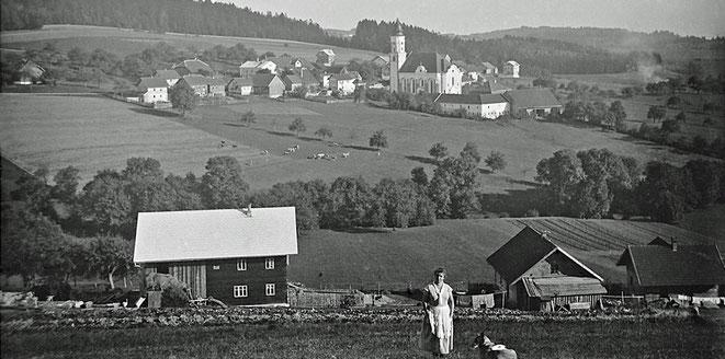 Der Blick vom Götzenberg (1932) zeigt Helene Rausch vor dem Reitzelsdorfer - Haus, dahinter ein schöner Blick auf das größer gewordene Kopfing von Westen.