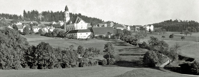 1960 Kopfing mit Gröppe, Pfarrhofstadl und alter Volksschule
