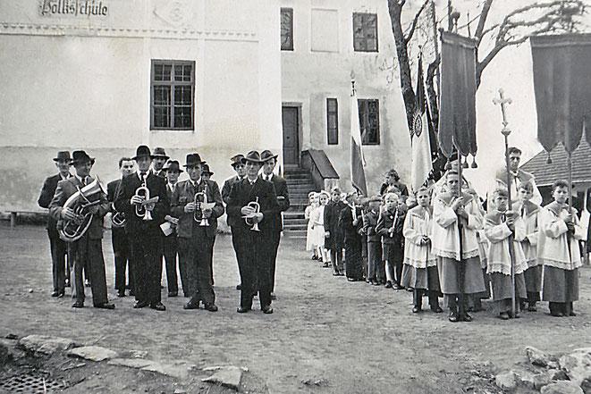 Vor der einstigen Volksschule nahmen viele Feste ihren Ausgang - hier 1952: Erstkommunion mit Musikkapelle