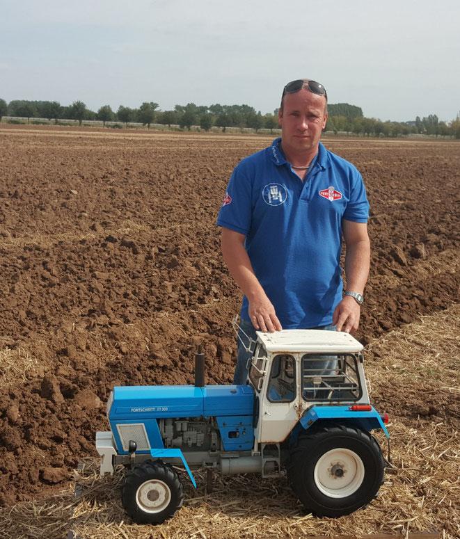 ....das bin ich mit meinem Schatz in 1:5 ein ZT 303 Originalmodell aus dem Traktorenwerk Schönebeck