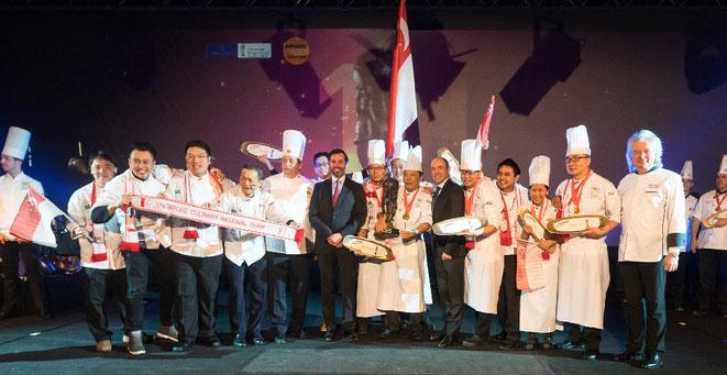 Siegerehrung: Das Team Singapur mit Nicolas Luc Villeroy (6. v.r.) und dem Erbgroßherzog Guillaume von Luxemburg (6. v.l.) ©Villeroy&Boch AG