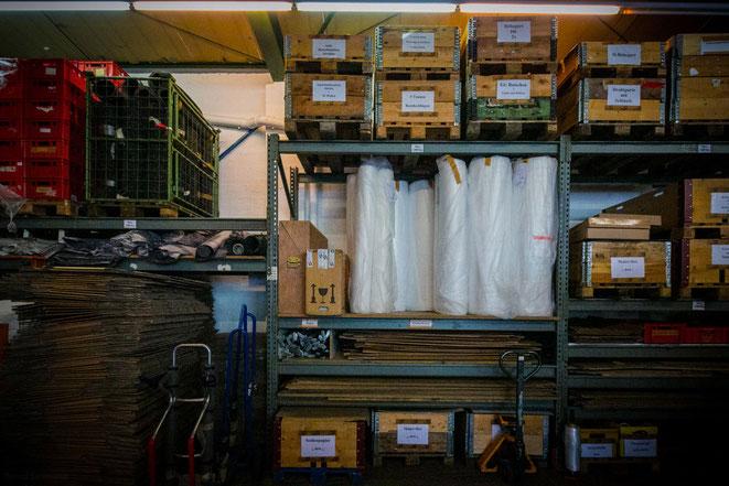 Unser gut sortiertes Lager hat alles, was zum Verpacken gebraucht wird.