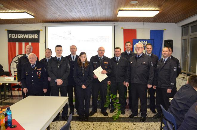 Foto mit Geehrten und Übernahmen in die Einsatzabteilung, Wehrführung und Vereinsvorstand
