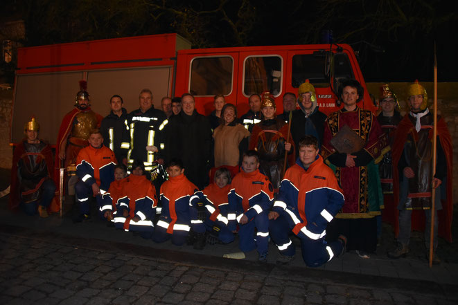 Gruppenfoto mit St. Martin, Jugendfeuerwehr, Feuerwehrkameraden und Pfadfinder St. Georg mit unserem Bischof Georg Bätzing