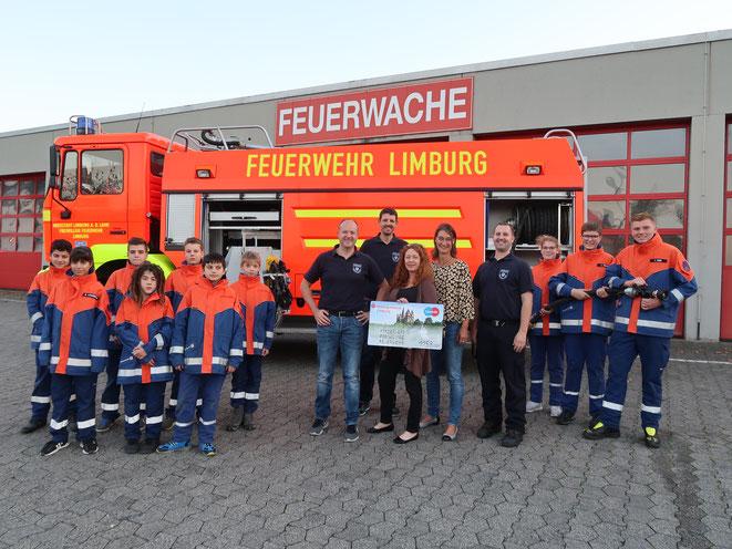v. links: Jugendfeuerwehr, Tobias Meffert, Stephan Meurer, Pia Bremser, Martina Karl, Marc Saltenberger, Jugendfeuerwehr
