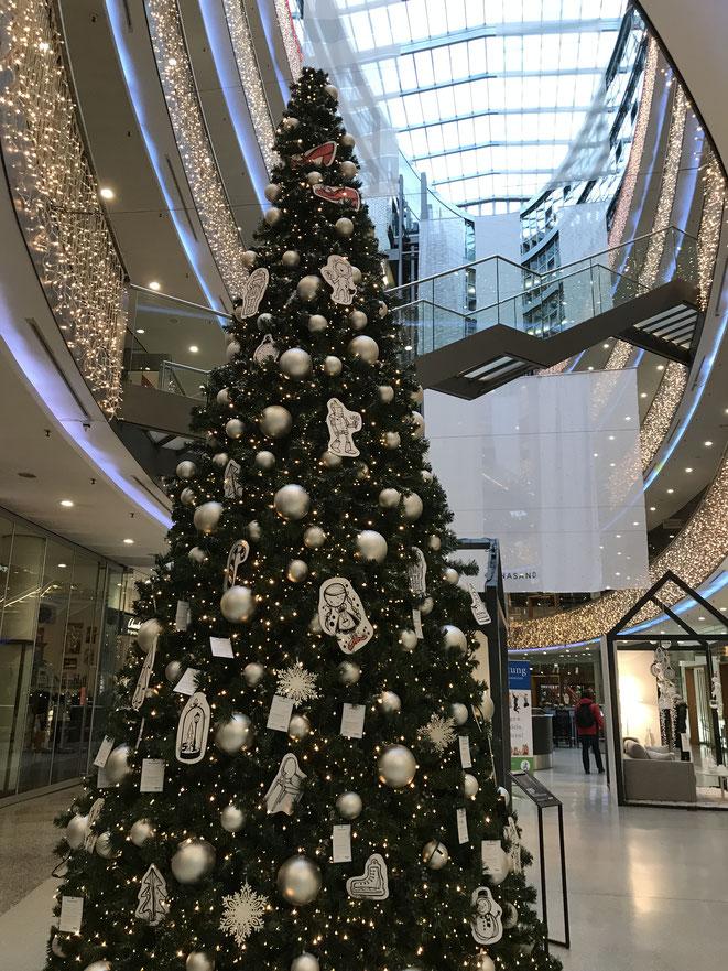 Weihnachtsbaum im Stilwerk Silwerk内のクリスマス・ツリー