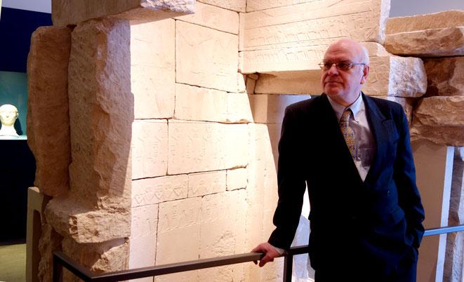 Prof. Dr. Rainer Hannig in der ägyptischen Sammlung des Roemer- und Pelizaeus-Museums in Hildesheim, Foto: Daniela Rutica