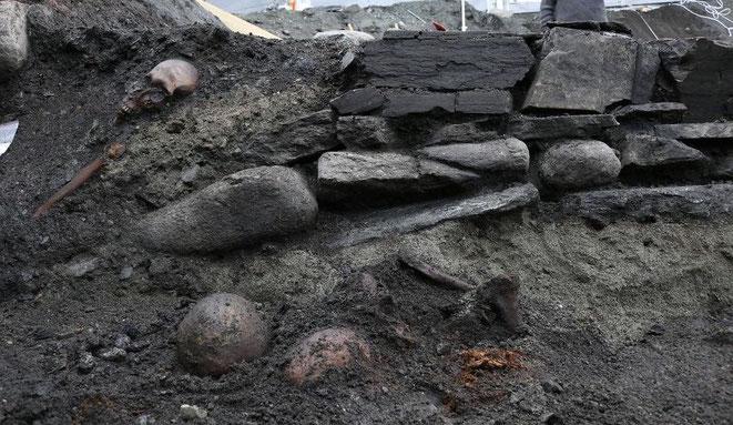 Des archéologues découvrent les fondations d'un autel en bois où le corps du roi Viking Olaf II aurait été consacré après sa canonisation. Crédit : NIKU