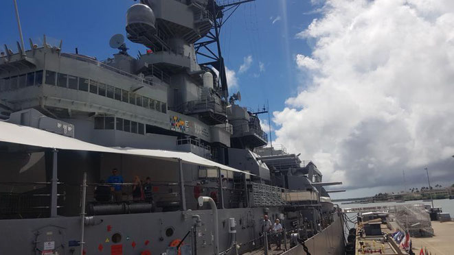 freaky travel präsentiert: Die Top 5 Tipp für deinen unvergesslichen Urlaub auf Hawaii in Amerika. Bestaune, Erlebe und fühle echte amerikanische Geschichte im Kriegshafen von Pearl Harbor, Hawaii, Kriegsschiff