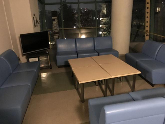 オリンピックセンター宿泊A棟の共通スペースです。20人もしくは10人で泊まれば、このような共通スペースがある部屋になる場合もあります。こんな場所でやることって・・・早押しクイズしかないですよね!