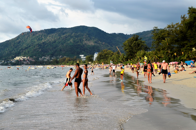 freaky travel, freaky finance, Strand, Meer, Menschen, Patong Beach, Berge, Palmen