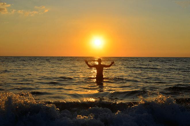 freaky finance, finanzielle Freiheit, Mein Weg in die finanzielle Freiheit, Sonne, untergende Sonne, im Meer untergehende Sonne, Mensch im Meer, Thailand, Sonnenuntergang