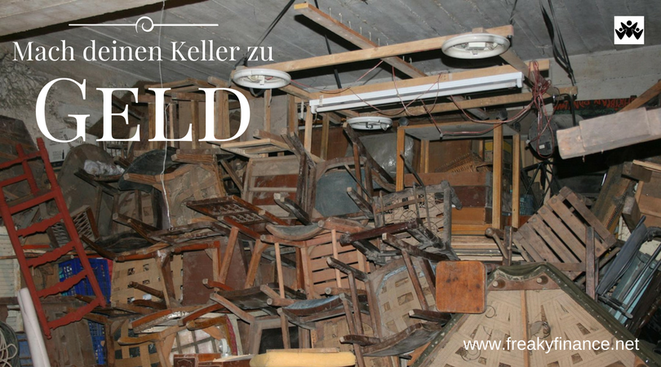 freaky finance, Keller, Stühle, alter Holzstühle stapeln sich in einem Kellerraum