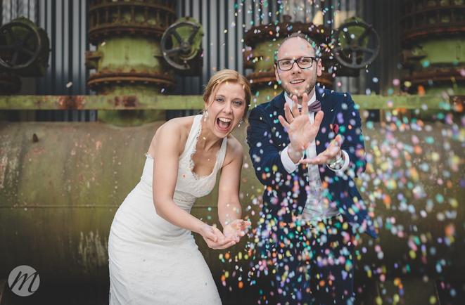 Brautpaar mit Papier-Confetti