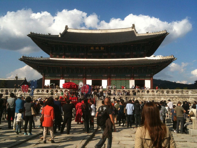 Gyeongbokgung Palace in Seoul South Korea famous tourist spot old royal palace 경복궁 景福宮 韓国 ソウル 有名観光スポット