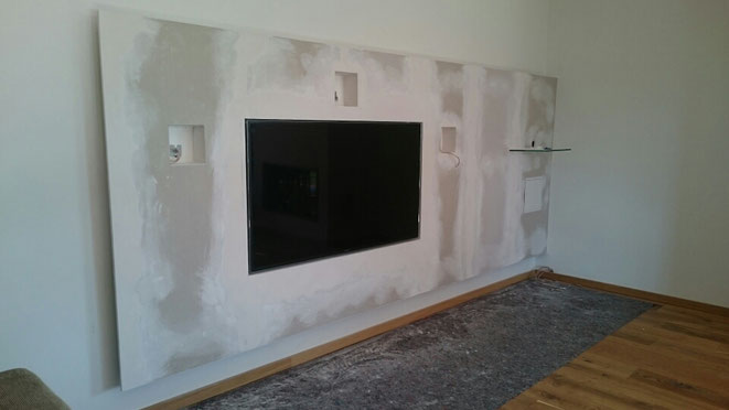 TV-Wand mit Aussparungen für Lautsprecher