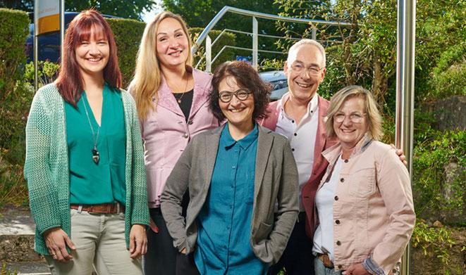 Beleuchtete Außenansicht unseres Büros bei Dunkelheit