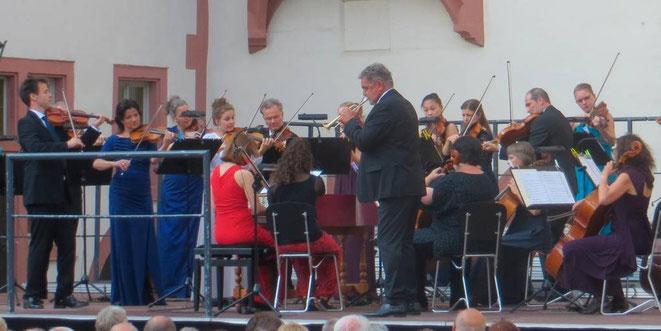 Die Leipziger Kammersymphonie mit Trompeter Bernd Bartels im Renaissancehof. Foto: Anneke Jung