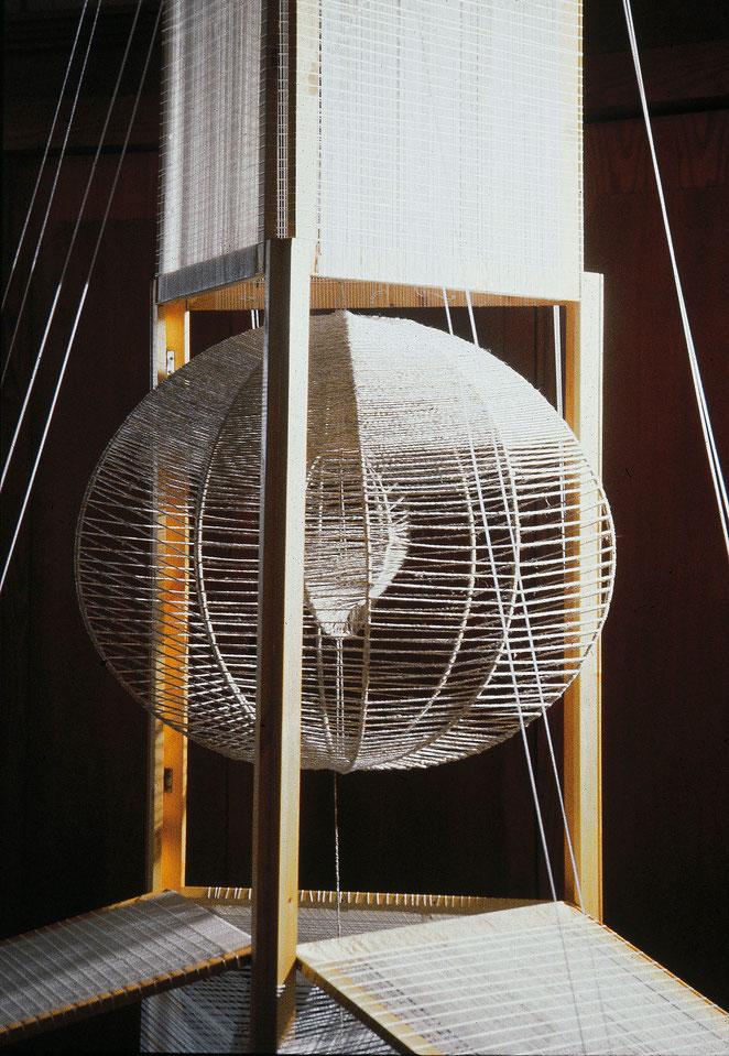 Жажда свободы. дерево, шелк, металл. 260х180х180 см.