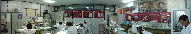 Una de les aules de Micromecànica. Al fons de la imatge, podem veure l'amic i Cap del Departament de Micromecànica, el  Mestre Rellotger Sr. Josep Matas impartin clase.