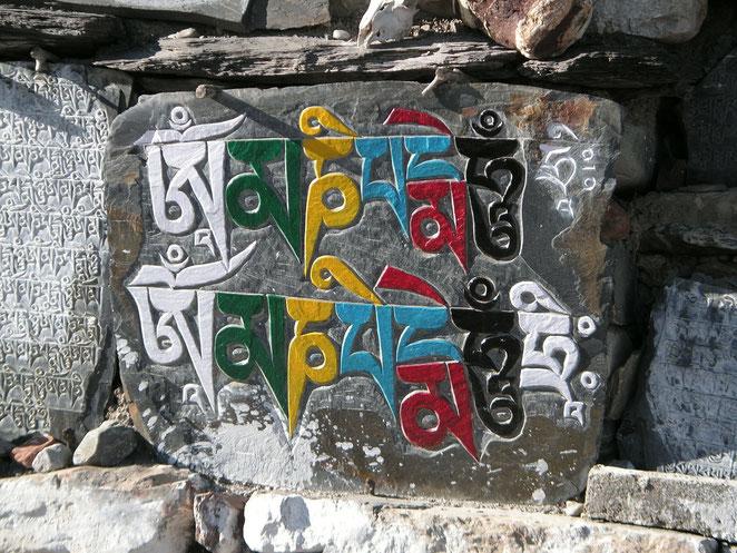 Mantra Hindú tallado en piedra