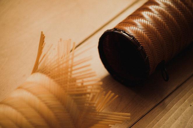 細く整えた竹ひごで竹籠を編む