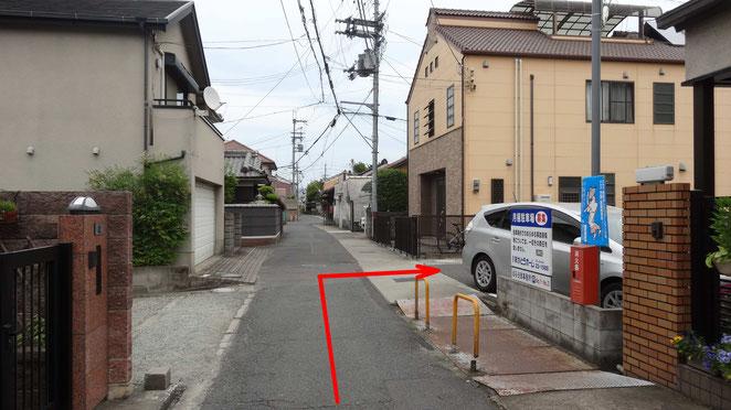 脇道を入ってから右側にある2つ目の駐車場です(黄色のポールが最後に切れたところです)