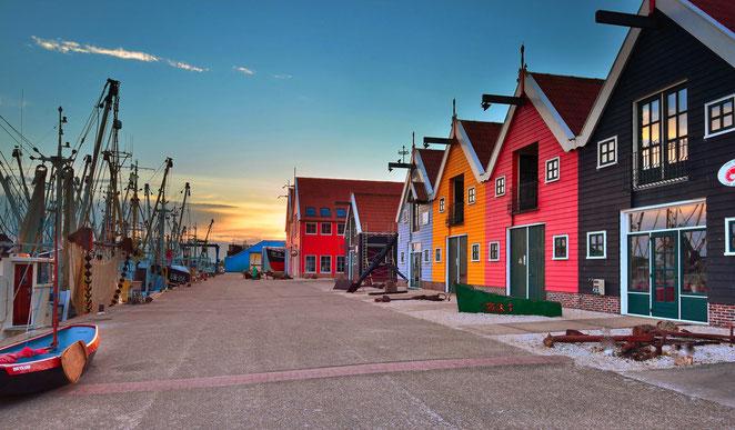 518 Gekleurde huisjes haven Zoutkamp Groningen