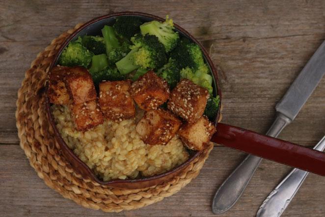 panierter Tofu mit Reis und Gemüse