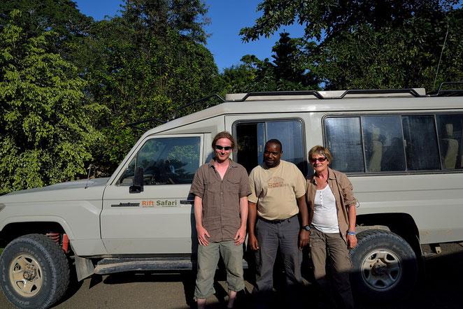 Io, mia madre e Sudi, la guida, alla sede della Rift Safari