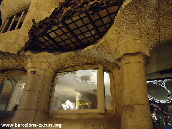 красное спокойствие глава 3, гиды в барселоне, экскурсии в барселоне, экскурсии по объектам барселонского модерна, экскурсии по объектам Антонио Гауди
