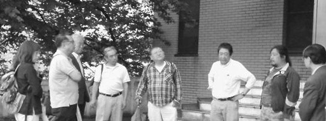 労働委員会の結審後、ヤンマー資本追及の決意を述べる稲森氏(右から二人目)