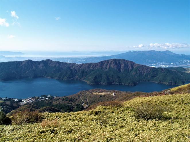 あじさい鍼灸マッサージ治療院 芦ノ湖の先に山も見えます