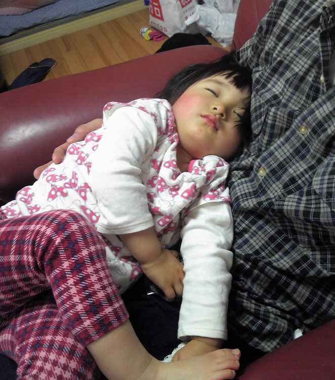 我が子を膝の上で寝かせる院長。