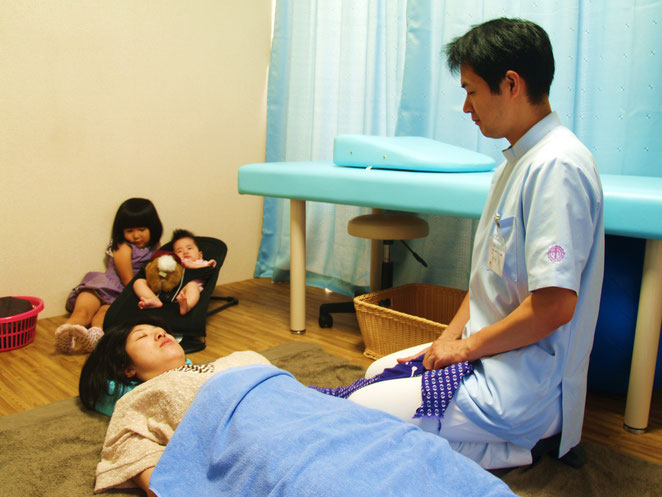 子供連れの患者さんの治療風景。