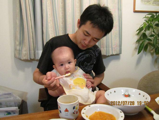 離乳食を食べる赤ちゃん。